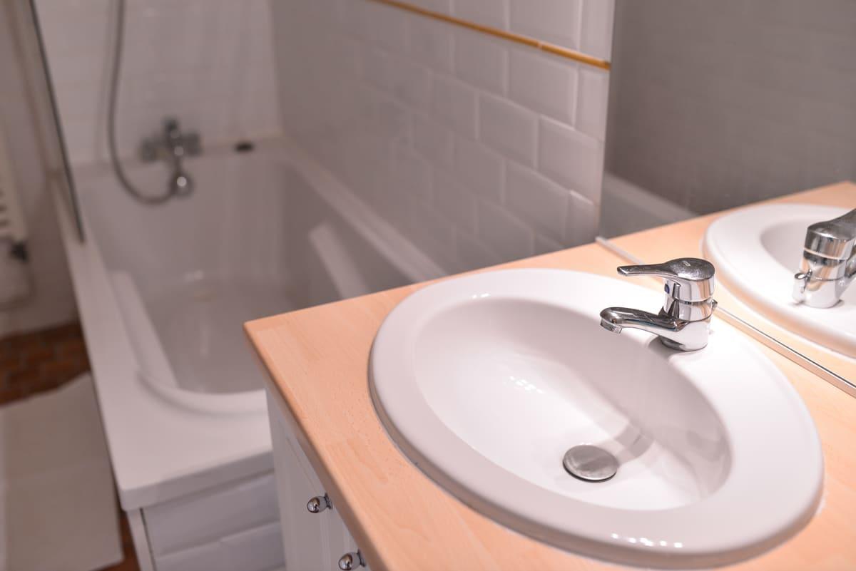 Chambre Classique: salle de bain douche & baignoire
